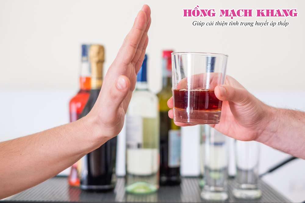 Nam giới bị huyết áp thấp cần hạn chế sử dụng rượu bia